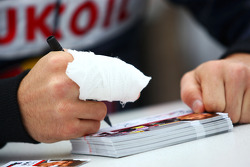 Robert Wickens signs autographs despite a fractured finger