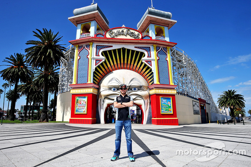 Sergio Perez, da Force India F1, visita Luna Park