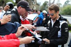 Jenson Button, McLaren, schreibt Autogramme für die Fans