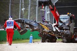 سيارة مكلارين إم.بي.4-31 لفرناندو ألونسو يتمّ إزالتها عن الحصى بعد الحادث المروع