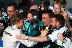 Winner Nico Rosberg, Mercedes AMG F1 Team in parc ferme with his team