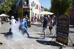 Aleix Espargaro, Team Suzuki MotoGP, und Yonny Hernandez, Aspar Racing Team, mit Burnouts auf öffentlichen Straßen
