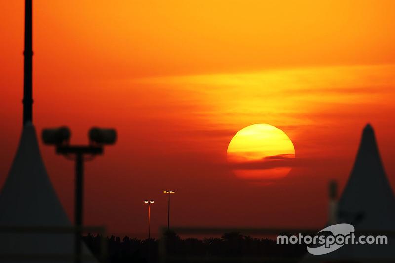 El sol se pone sobre el circuito