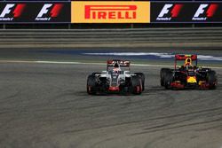 Romain Grosjean, Haas F1 Team VF-16 and Daniil Kvyat, Red Bull Racing RB12