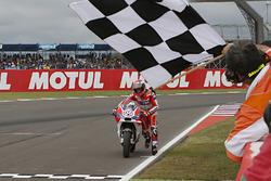 Andrea Dovizioso, Ducati Team pousse sa moto pour passer la ligne d'arrivée
