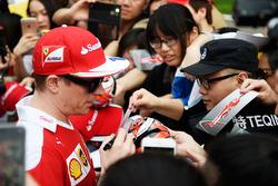 Kimi Raikkonen, Ferrari firma de autógrafos para los fans