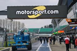 Motorsport.com-Logo in der Boxengasse