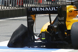 Kevin Magnussen (DEN) Renault Sport F1 Team RS16 returns to the pits with a punctured rear left Pirelli tyre