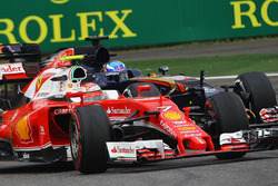 Kimi Raikkonen, Ferrari SF16-H, en Max Verstappen, Scuderia Toro Rosso STR11
