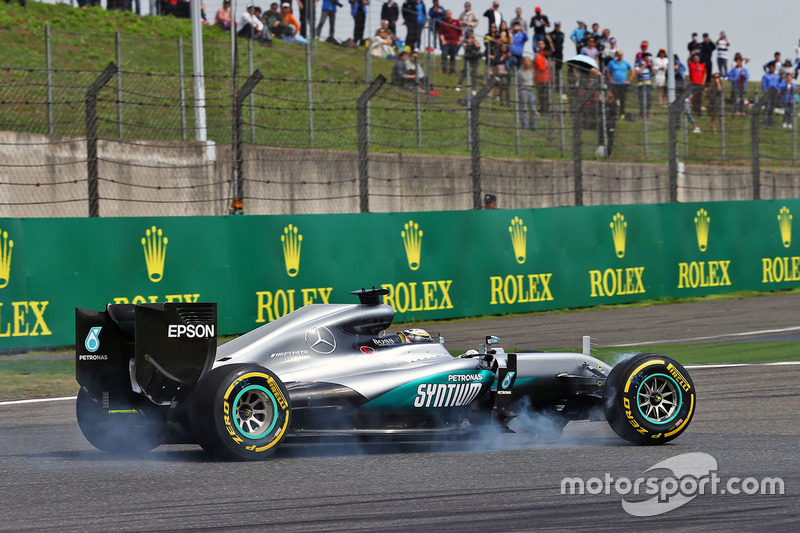 Lewis Hamilton, Mercedes AMG F1 Team W07 se bloquea en la frenada con un ala delantero rota