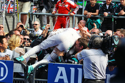 Winner Nico Rosberg, Mercedes AMG F1 Team in parc ferme