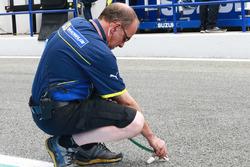 Un ingénieur Michelin prend la température de la piste