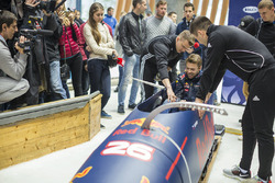 Даниил Квят, Red Bull Racing принимает участие в тренировке бобслеистов