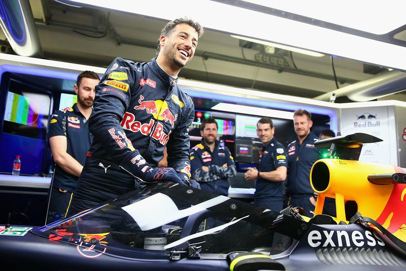 Daniel Ricciardo, Red Bull Racing RB12 Sube al auto con el aeroscreen