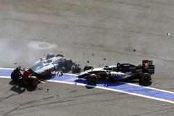 Esteban Gutierrez, Haas F1 Team VF-16 en Nico Hulkenberg, Sahara Force India F1 VJM09 crash bij de start