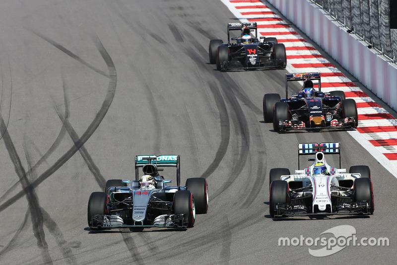 Lewis Hamilton, Mercedes AMG F1 Team W07 e Felipe Massa, Williams FW38, brigam por posição