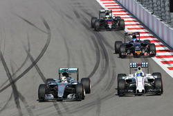 Lewis Hamilton, Mercedes AMG F1 Team W07, und Felipe Massa, Williams FW38