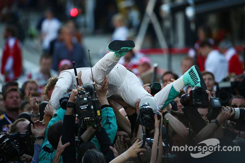 Ganador Nico Rosberg, Mercedes AMG F1 Team W07 en parc ferme
