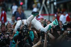Winnaar Nico Rosberg, Mercedes AMG F1 Team W07 in parc ferme
