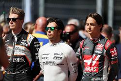 Nico Hulkenberg, Sahara Force India F1, Sergio Pérez, Sahara Force India F1 y Esteban Gutiérrez, Haas F1 Team en la parrilla observan el himno nacional