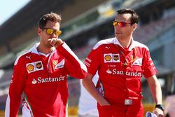 Sebastian Vettel, Ferrari maakt wandeling op het circuit met het team