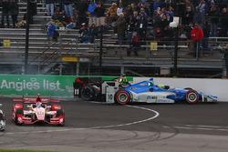 Sテゥbastien Bourdais, KV Racing Technology Chevrolet, Tony Kanaan, Chip Ganassi Racing Chevrolet kecelakaan