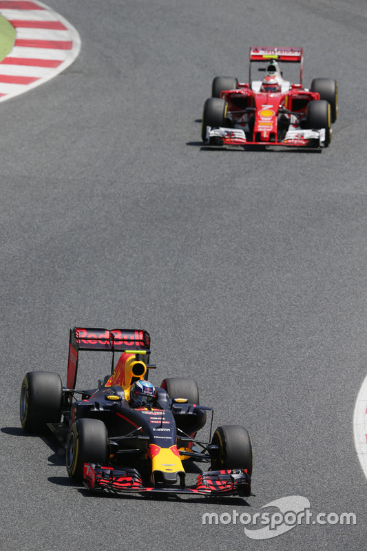 Max Verstappen, Red Bull Racing RB12 lidera va  Kimi Raikkonen, Ferrari SF16-H