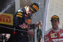 Ganador de la carrera Max Verstappen, Red Bull Racing celebra con champán en el podio