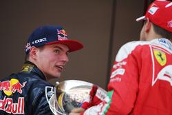 Il vincitore Max Verstappen, Red Bull Racing sul podio con Sebastian Vettel, Ferrari