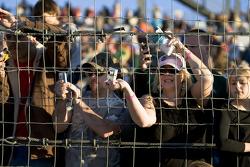 Les fans prennent des photos de Brad Keselowski après sa victoire