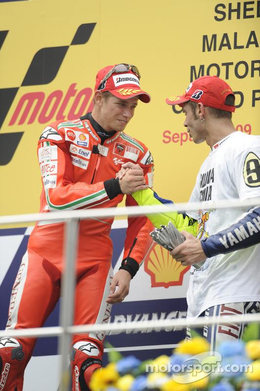 Podio: ganador de la carrera Casey Stoner, Ducati Marlboro Team y el tercer lugar y Campeón 2009 de MotoGP Valentino Rossi, Fiat Yamaha Team