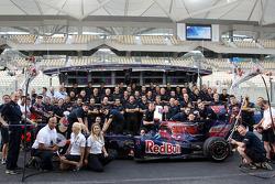 Foto del equipo Scuderia Toro Rosso, Franz Tost, Scuderia Toro Rosso, jefe de equipo, Sebastien Buemi, Scuderia Toro Rosso, Jaime Alguersuari, Scuderia Toro Rosso