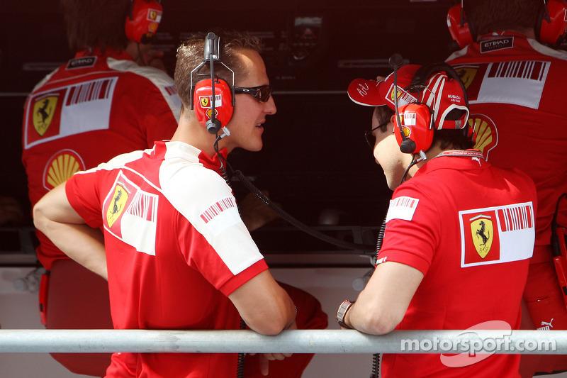 Michael Schumacher, Testrijder, Scuderia Ferrari bekijkt de littekens van Felipe Massa, Scuderia Ferrari