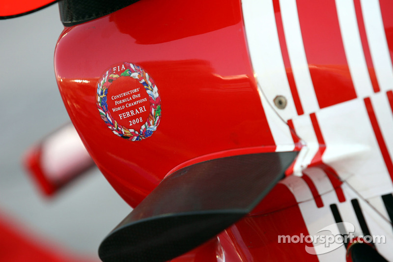 Etiqueta engomada de la Ferrari en la caja de aire