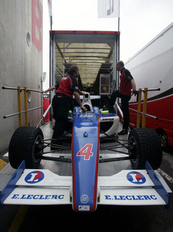 Les mécaniciens F2 chargent la voiture de Julien Jousse dans le camion