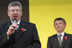 Ross Brawn en Nick Fry vieren het behalen van het wereldkampioenschap in 2009