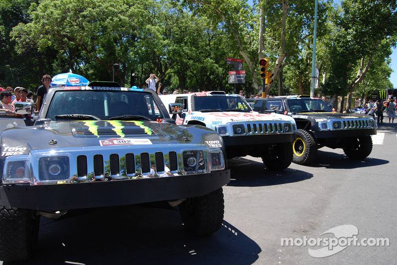 Los Hummers del Equipo Gordon listos para la arrancada ceremonial