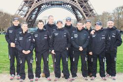 El Equipo Casteu sale de París rumbo a Buenos Aires: David Casteu, Michael Pisano y Ludovic Boinnard posan con su equipo