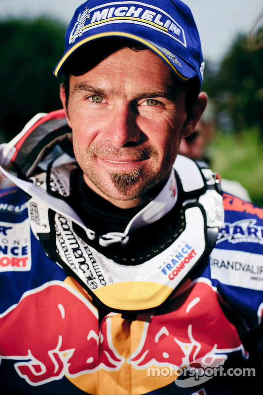 Cyril Despres, vainqueur du Dakar 2010 dans la catégorie Motos célèbre son succès