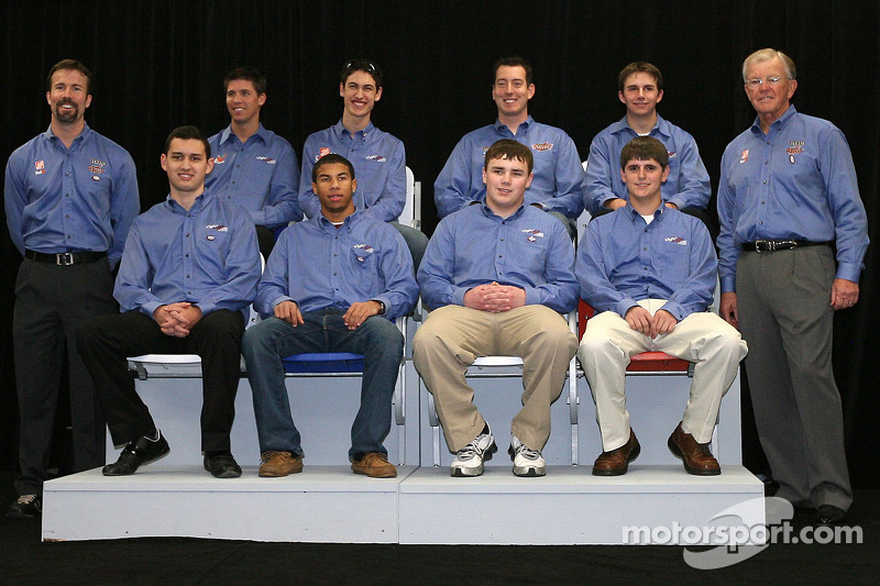 Premier rang: Joe Gobbs (Directeur de course), Denny Hamlin, Joey Logano et Kyle Busch (Pilotes NASCAR Sprint Cup Series), Matt DiBenedetto (Pilote NASCAR Nationwide Series)Dernier rang: Brad Coleman (pilote NASCAR Nationvide) avec le NASCAR Camping Wo