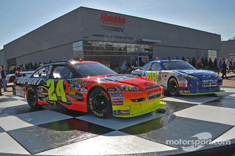 Présentation des voitures devant l'usine Hendrick Motorsports
