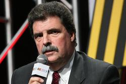 Mike Helton, président du NASCAR, s'adresse aux médias