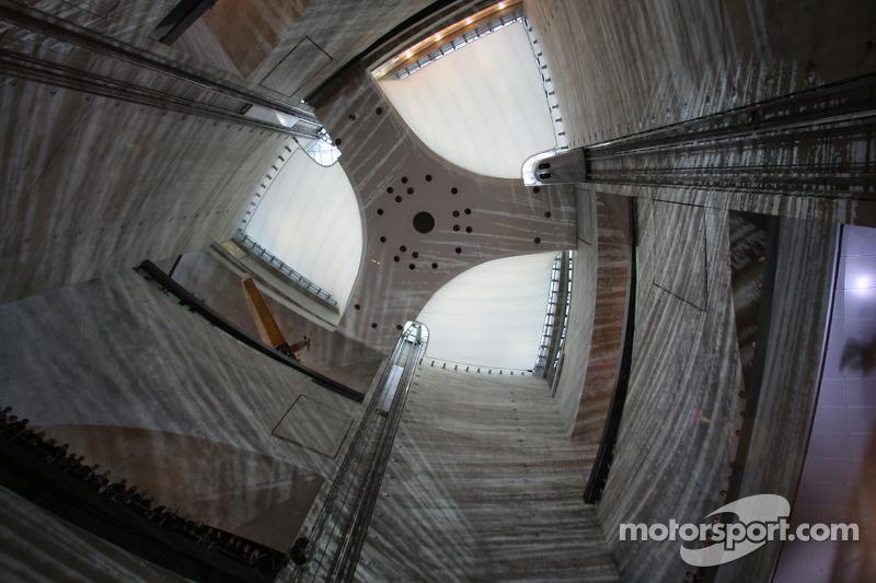 L'atrium à l'intérieur du Musée Mercedes