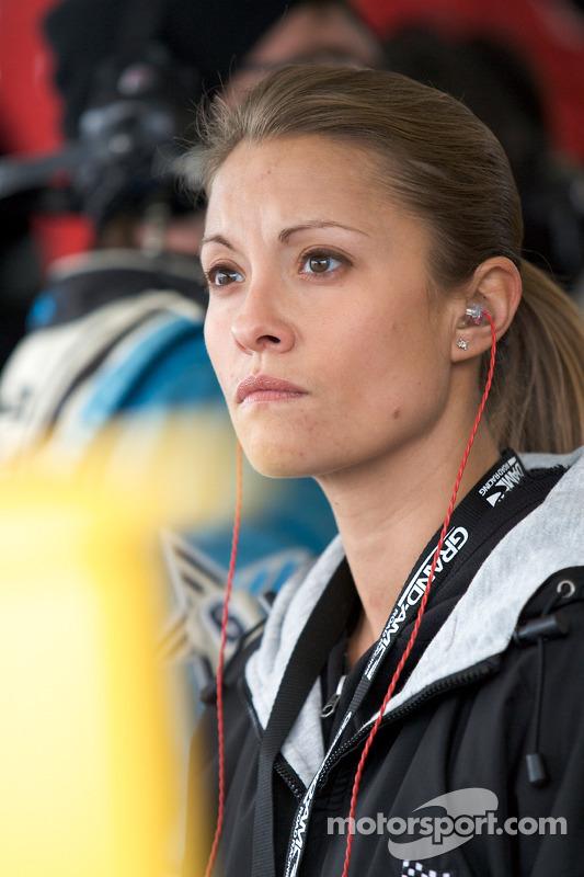 La femme de A.J. Allmendinger observant la #6, contrainte d'abetonner 1h avant la fin de la course