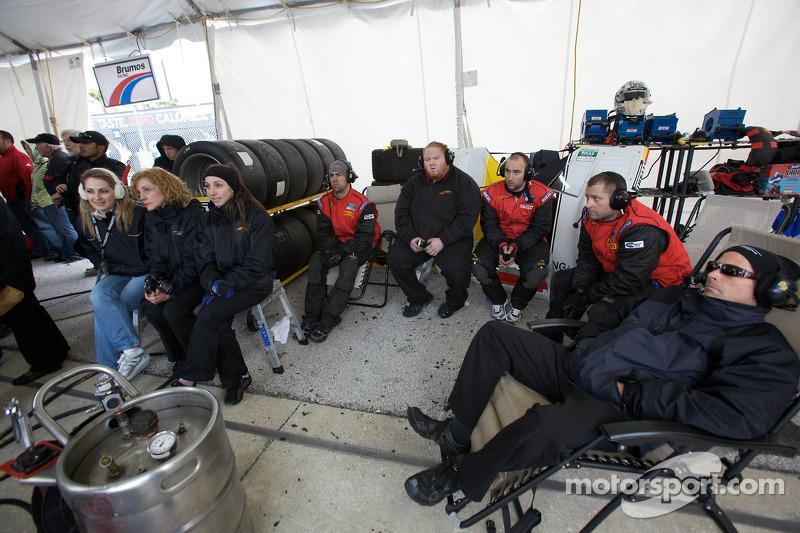 Des membres du Action Express Racing, concentrés, 1h avant la fin de la course