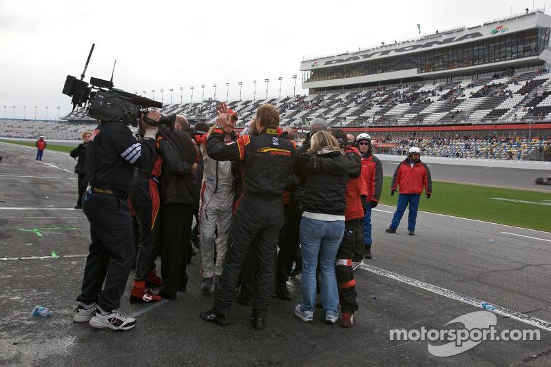 Les membres du Action Express Racing célèbrent leur victoire