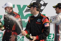 Vainqueurs toutes catégories:  Joao Barbosa et Terry Borcheller font sauter le champagne