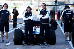 Rubens Barrichello, Williams F1 Team, Team members cover the back of the car from photographers