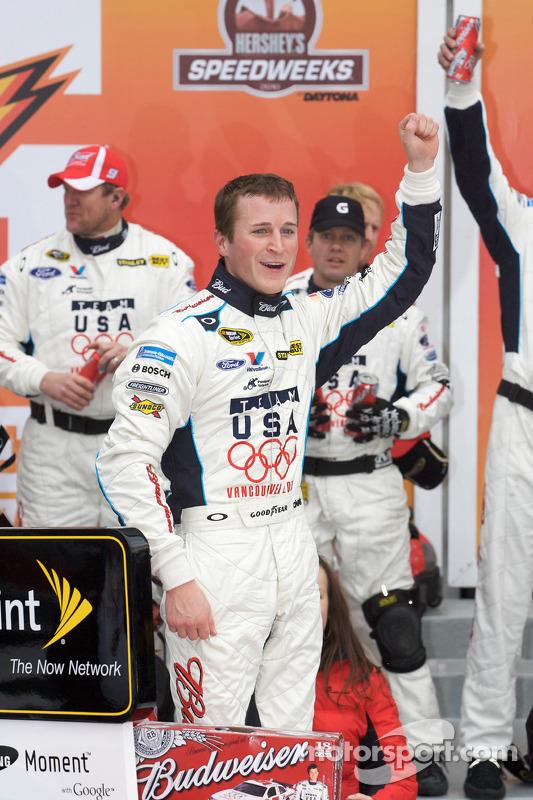 Victory lane: race winnaar Kasey Kahne, Richard Petty Motorsports Ford