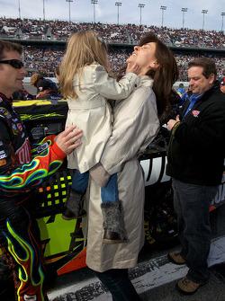 Jeff Gordon, Hendrick Motorsports Chevrolet, met vrouw Ingrid Vandebosch en dochter Ella Sofia